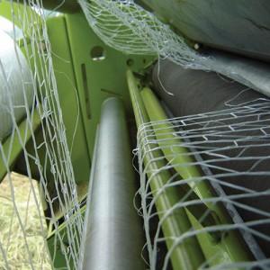 Siatka nawija się na wałki podające